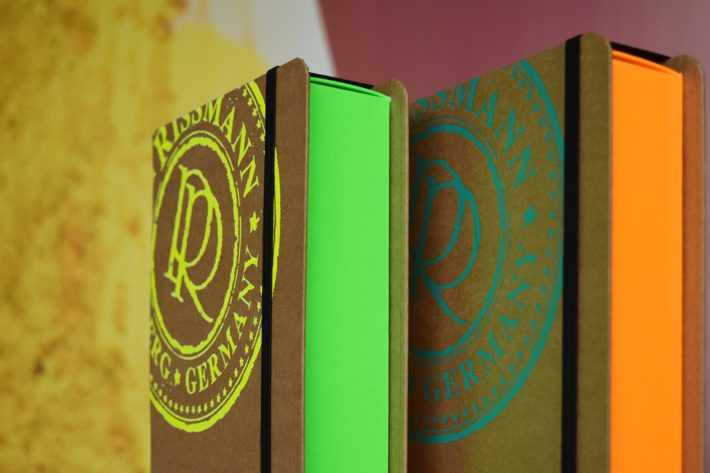 Bookbox_RISSMANN-Neon_ambient_3